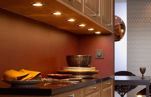 Những chiếc đèn trần với ánh sáng vàng giúp không gian bếp trở nên nhẹ nhàng, thanh lịch