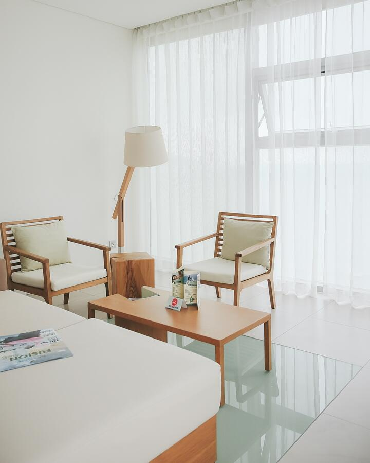 Chiếc đèn đứng màu trắng của Đèn Xinh được đặt ở phòng khách FS Đà Nẵng thật hài hòa, độc đáo!