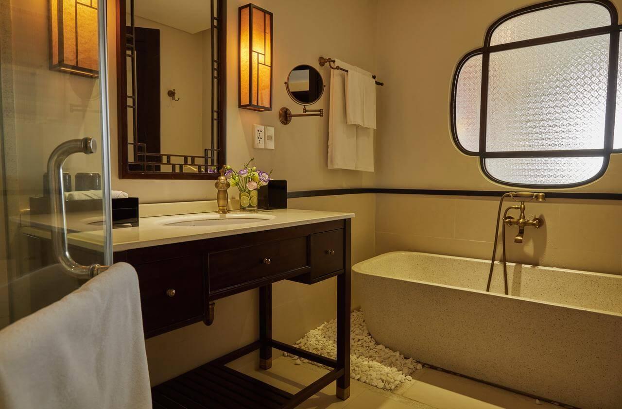 Với dự án Little Hoi An, Đèn Xinh sử dụng đèn tường với ánh sáng vàng giúp không gian phòng tắm thêm ấm áp