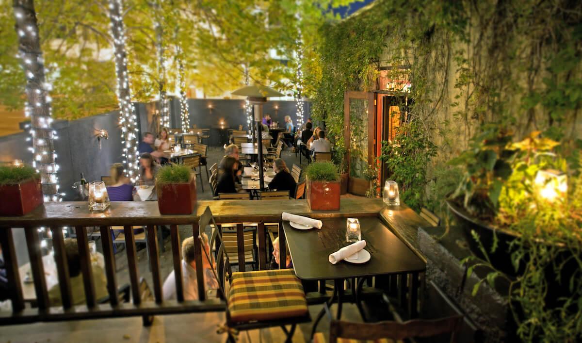 Không gian quán cà phê thêm màu sắc, sinh động hơn với ánh đèn trang trí