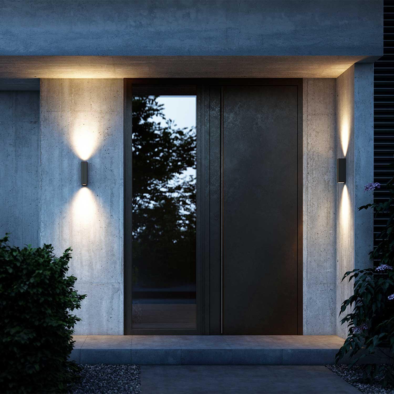 Sử dụng đèn trang trí tường ngoài trời ở khu vực trước cổng đã làm cho không gian bừng sáng, người sử dụng cũng cảm thấy an tâm hơn