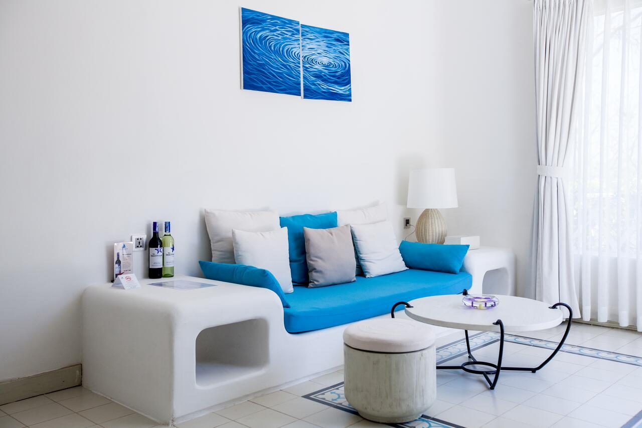 Với tông màu xanh dương và trắng chủ đạo ở Anoasis Long Hải, Đèn Xinh đã lắp đặt chiếc đèn bàn có màu trắng, kết hợp với nâu để tạo sự hài hòa cho không gian