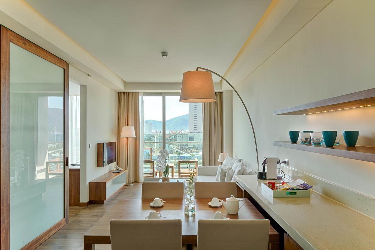 Chiếc đèn đứng của Đèn Xinh với thiết kế hiện đại, mang phong cách châu Âu đã làm cho không gian phòng khách trở nên thú vị, thu hút