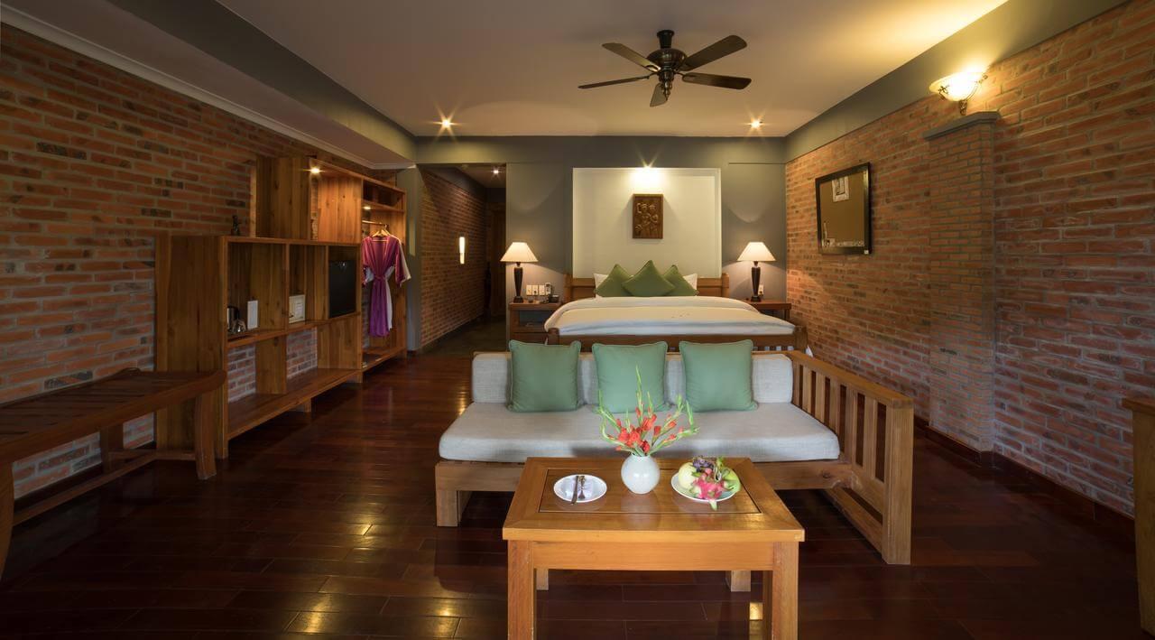 Bạn có thấy không gian phòng ngủ tại Làng Hành Hương Huế được thắp sáng bằng hai chiếc đèn bàn độc đáo của Đèn Xinh?
