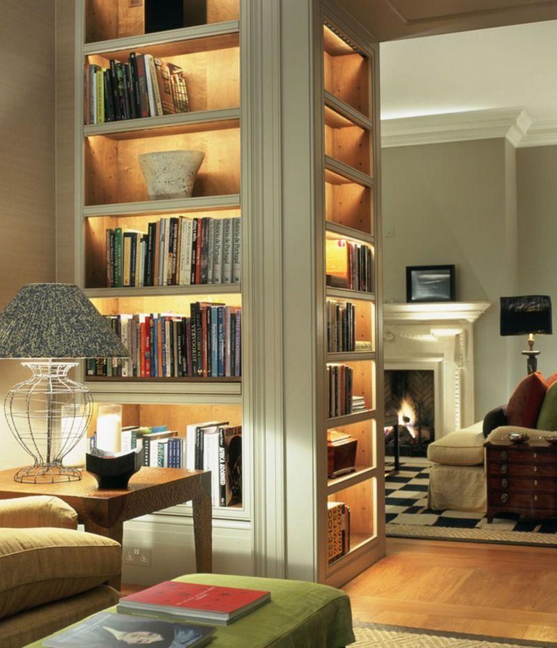 Đèn trang trí cung cấp ánh sáng giúp việc tìm đọc sách thuận lợi hơn