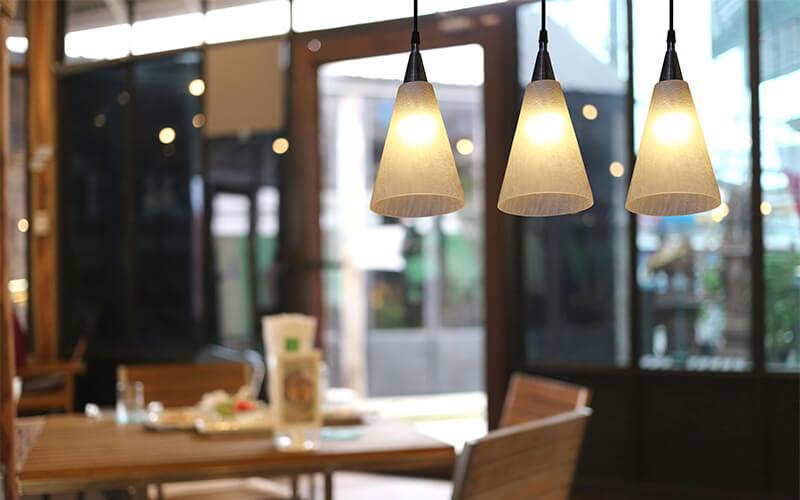 Sử dụng những chiếc đèn thả nhỏ nhắn với ánh sáng dịu nhẹ sẽ giúp thực khách dễ chịu hơn
