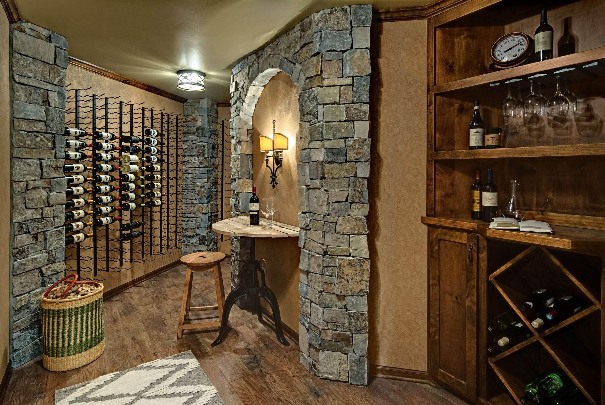 Đèn tường giúp phòng trưng bày rượu thêm ấn tượng, thu hút