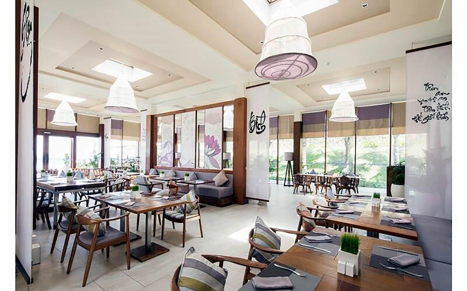Với những chiếc đèn thả mang đậm nét nghệ thuật của Đèn Xinh, không gian Fusion Resort Cam Ranh  trở nên ấn tượng, thu hút