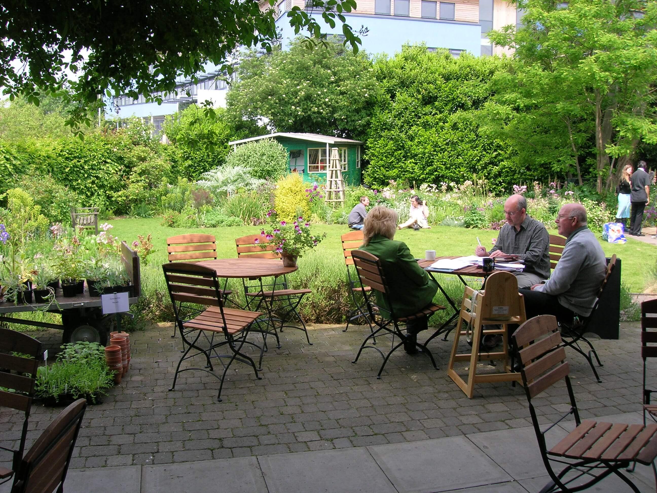 Khách chọn đến quán cà phê sân vườn đa phần đều thích sự mát mẻ, thoáng đãng của không khí ngoài trời