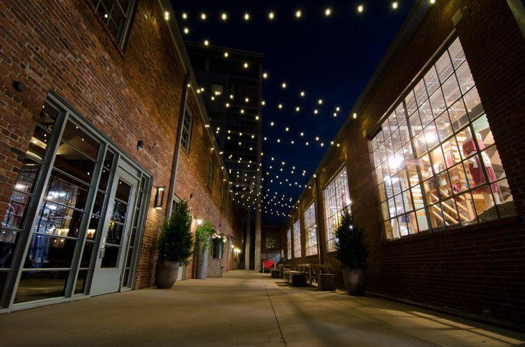 Dưới ánh sáng đèn trang trí vỉa hè, không gian đường phố bỗng sáng rực, làm cho bước chân người ta dạn dĩ hơn, tự tin hơn