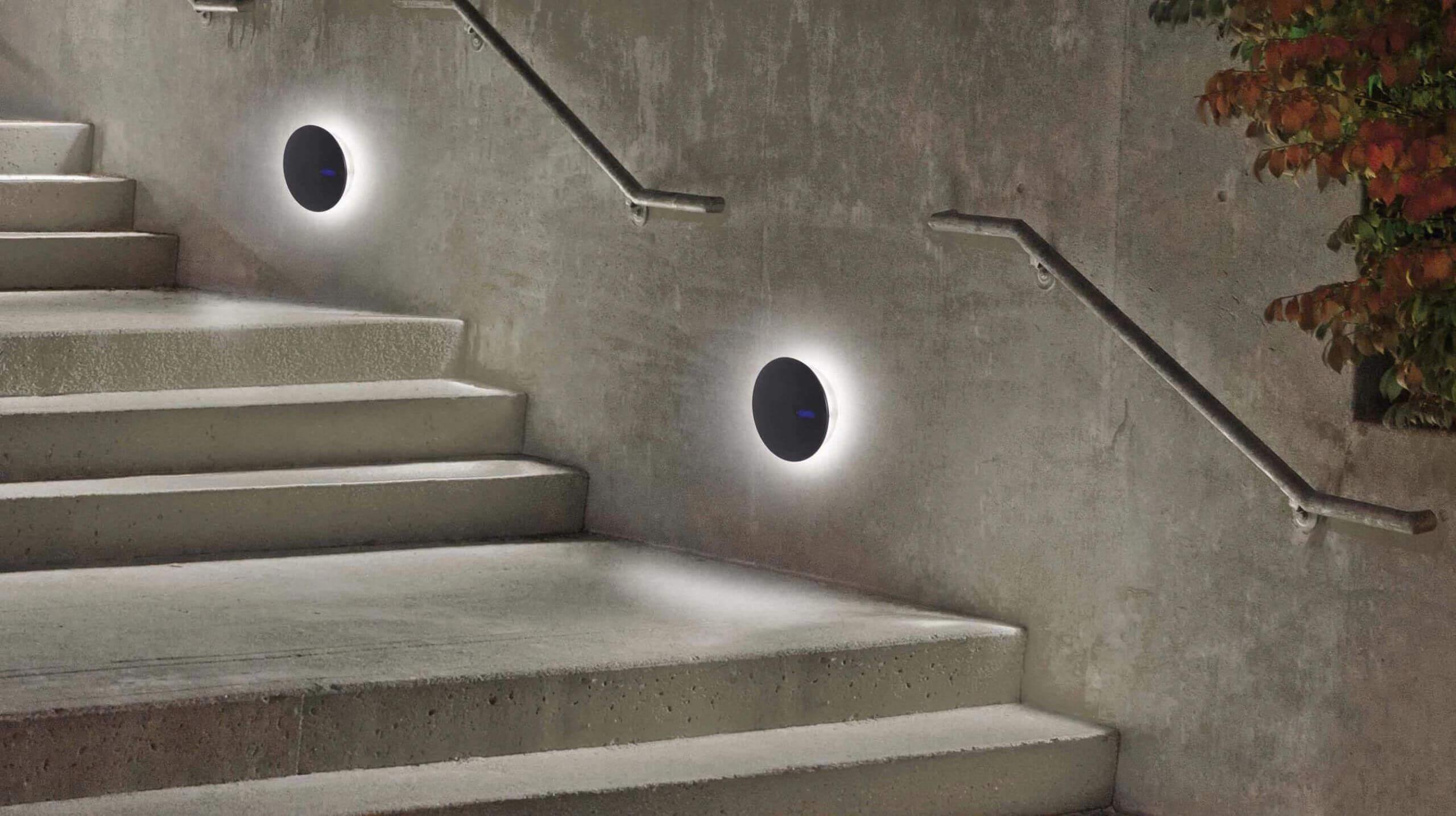 Chỉ với những chiếc đèn tường nhỏ bé, khu vực cầu thang của bạn đã trở nên lung linh, xinh đẹp vô cùng