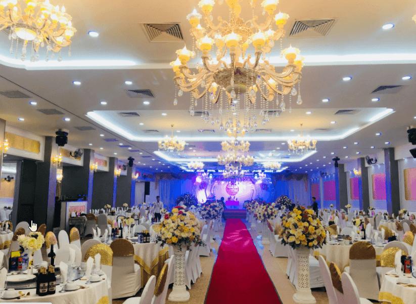 Đèn trần và đèn chùm trang trí nhà hàng tiệc cưới có tác dụng giúp không gian tiệc cưới vừa trang trọng vừa ấm áp