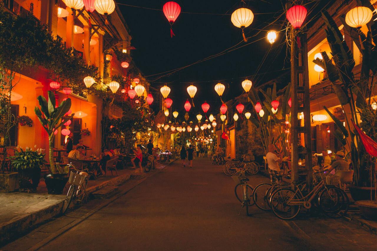 Bạn có thể treo đèn lồng thành các đường dây để thắp sáng khu phố