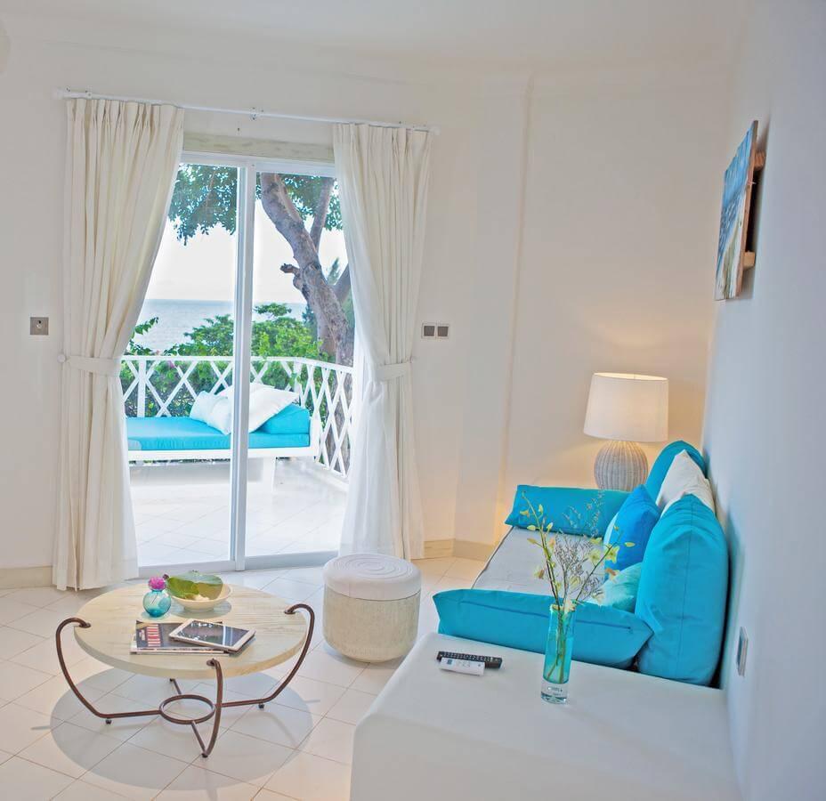Bạn có thấy chiếc đèn bàn Đèn Xinh bên góc nhỏ như tỏa ra ánh sáng ấm áp, làm tôn lên vẻ đẹp của phòng khách Anoasis Long Hải?