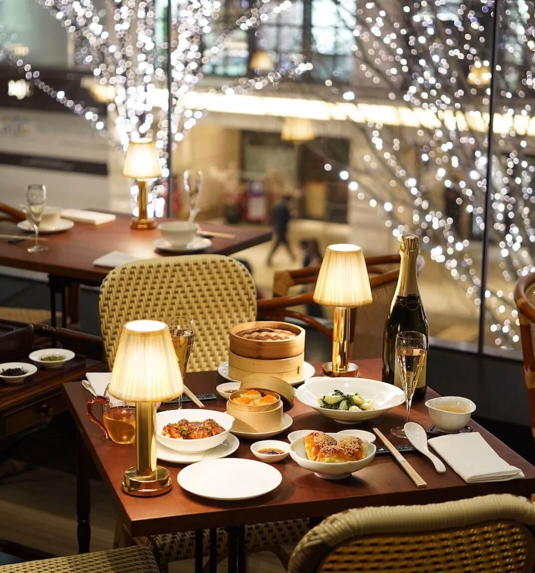 Ánh sáng từ những chiếc đèn bàn làm cho không gian dùng bữa, thư giãn của con người thêm lãng mạn, ấm áp