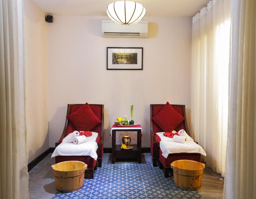 Tại không gian ấm áp, hiện đại như Little Hoi An, Đèn Xinh đã sử dụng chiếc đèn ốp tường vòng tròn để tỏa ra ánh sáng nhẹ nhàng, thư giãn