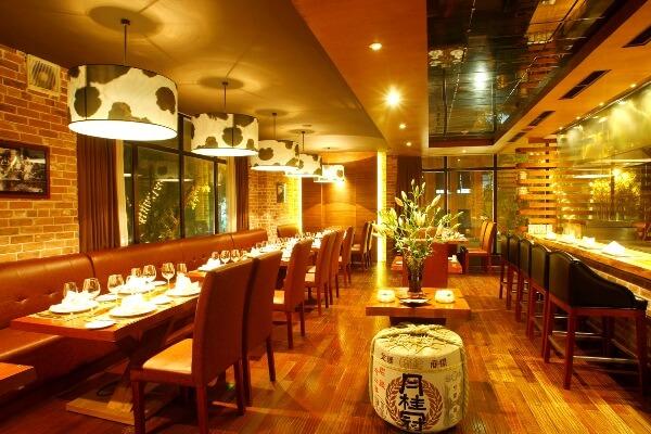 Đèn thả của Đèn Xinh sử dụng trang trí trong nhà hàng, giúp không gian nhà hàng tràn ngập ánh sáng
