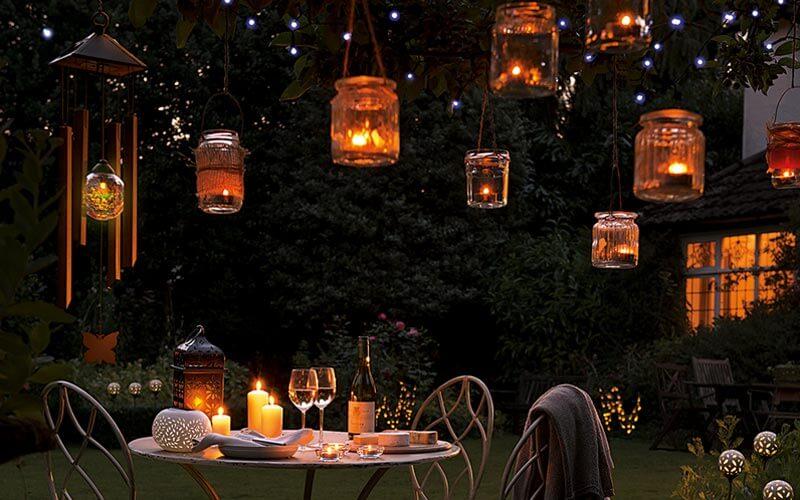 Không gian quán cafe sân vườn thêm lãng mạn với ánh đèn thả ấm áp