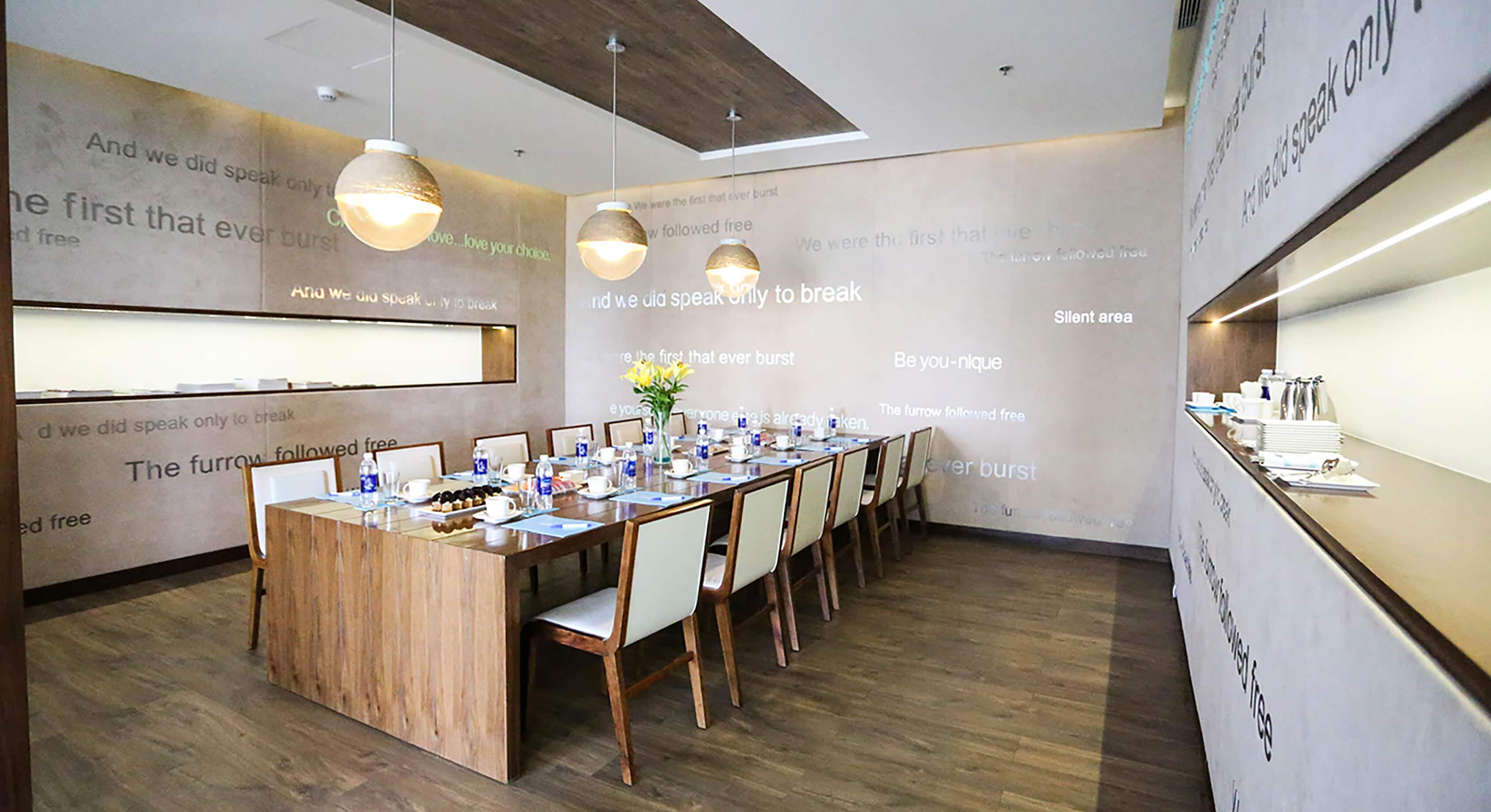 Với công trình A La Carte DaNang - Conference Room, Đèn Xinh sử dụng đèn thả giúp tập trung ánh sáng vào bàn hội nghị, từ đó không gian phòng trở nên trang trọng hơn