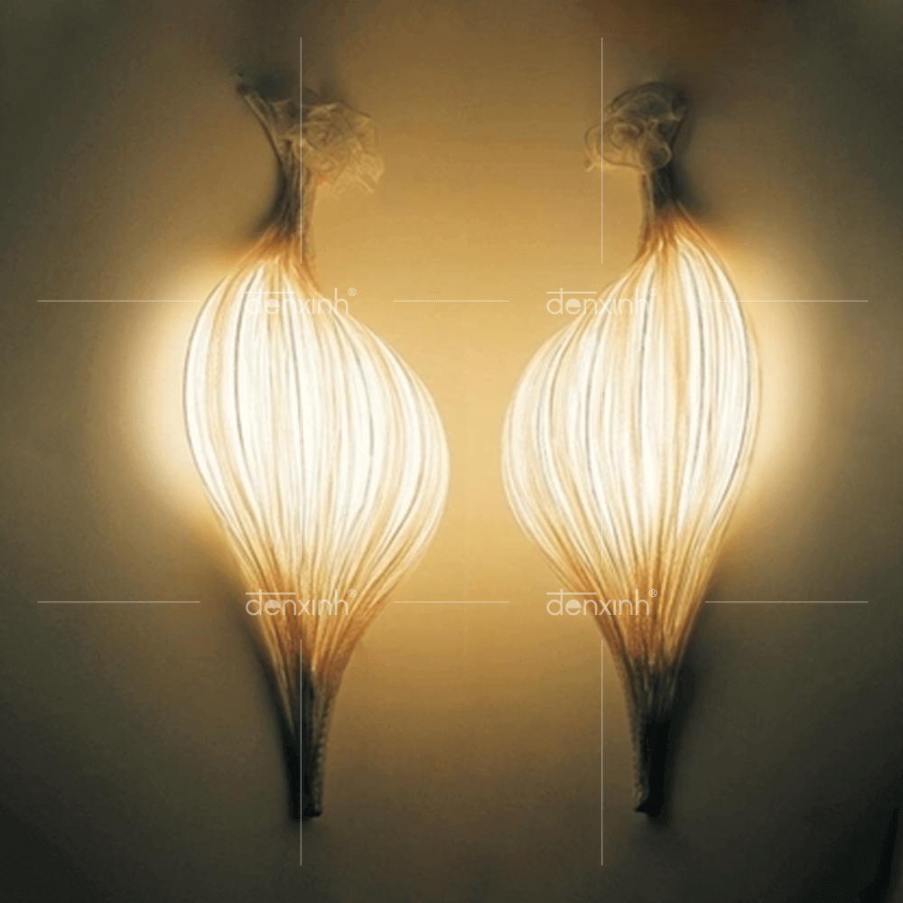 Đèn áp tường hình sò nằm dọc của Đèn Xinh với kiểu dáng độc đáo giúp không gian mặt tiền trở nên thu hút hơn