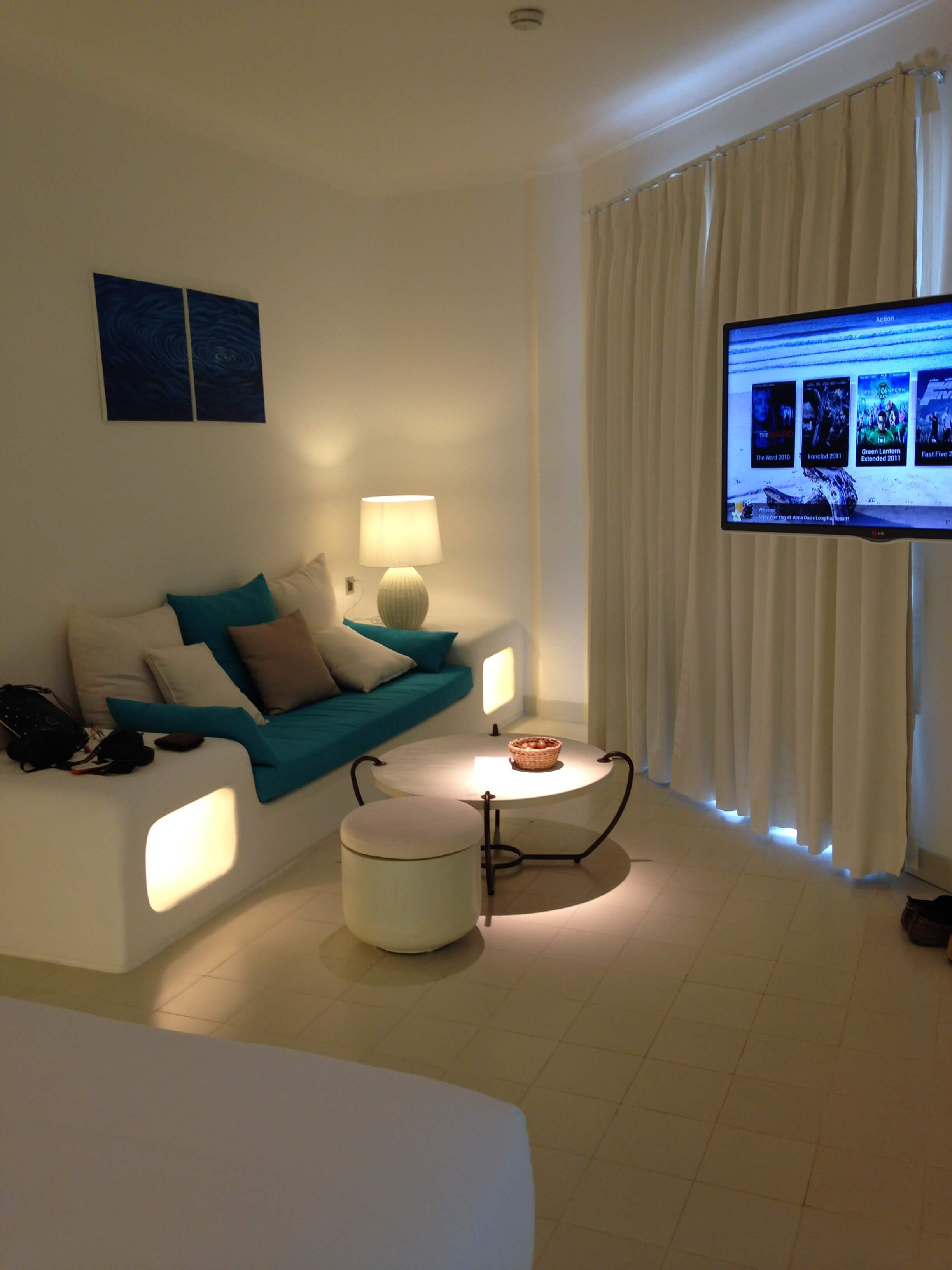 Đèn bàn nhỏ được thiết kế cạnh sofa của Đèn Xinh đã giúp cho không gian Alma Long Hải trở nên sinh động, thu hút