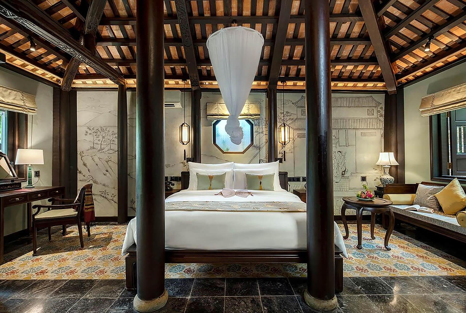 Đèn Xinh sử dụng đèn thả kết hợp đèn bàn có ánh sáng vàng giúp phòng ngủ trong công trình Ancient Hue Garden Houses trở nên nhẹ nhàng, ấm áp