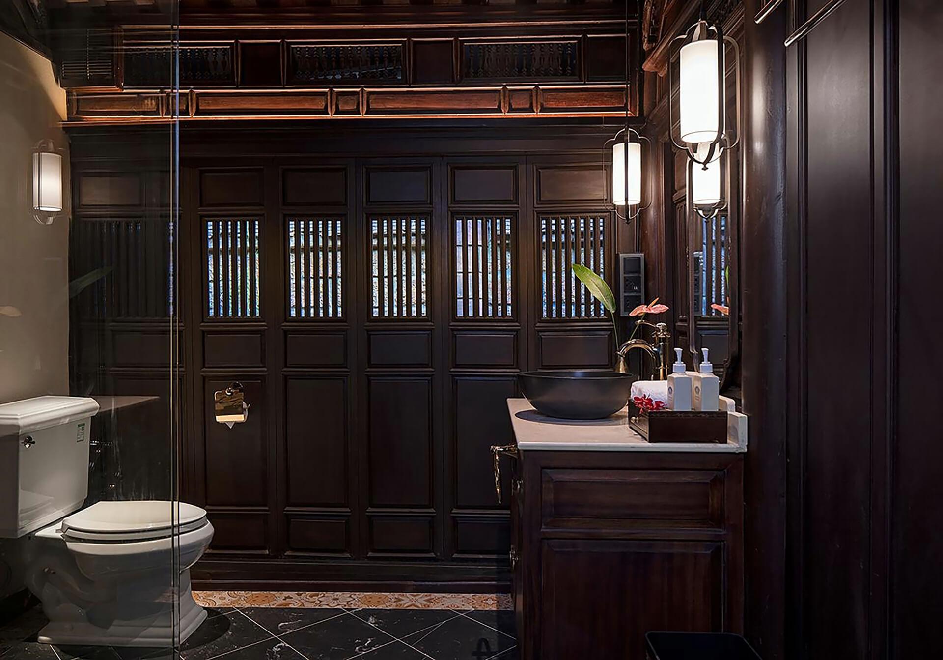 Với những ánh đèn thả của Đèn Xinh có thiết kế cách điệu, đơn giản, không gian cổ điển Ancient Hue Garden Houses hiện lên thật lung linh, song không kém phần tinh tế