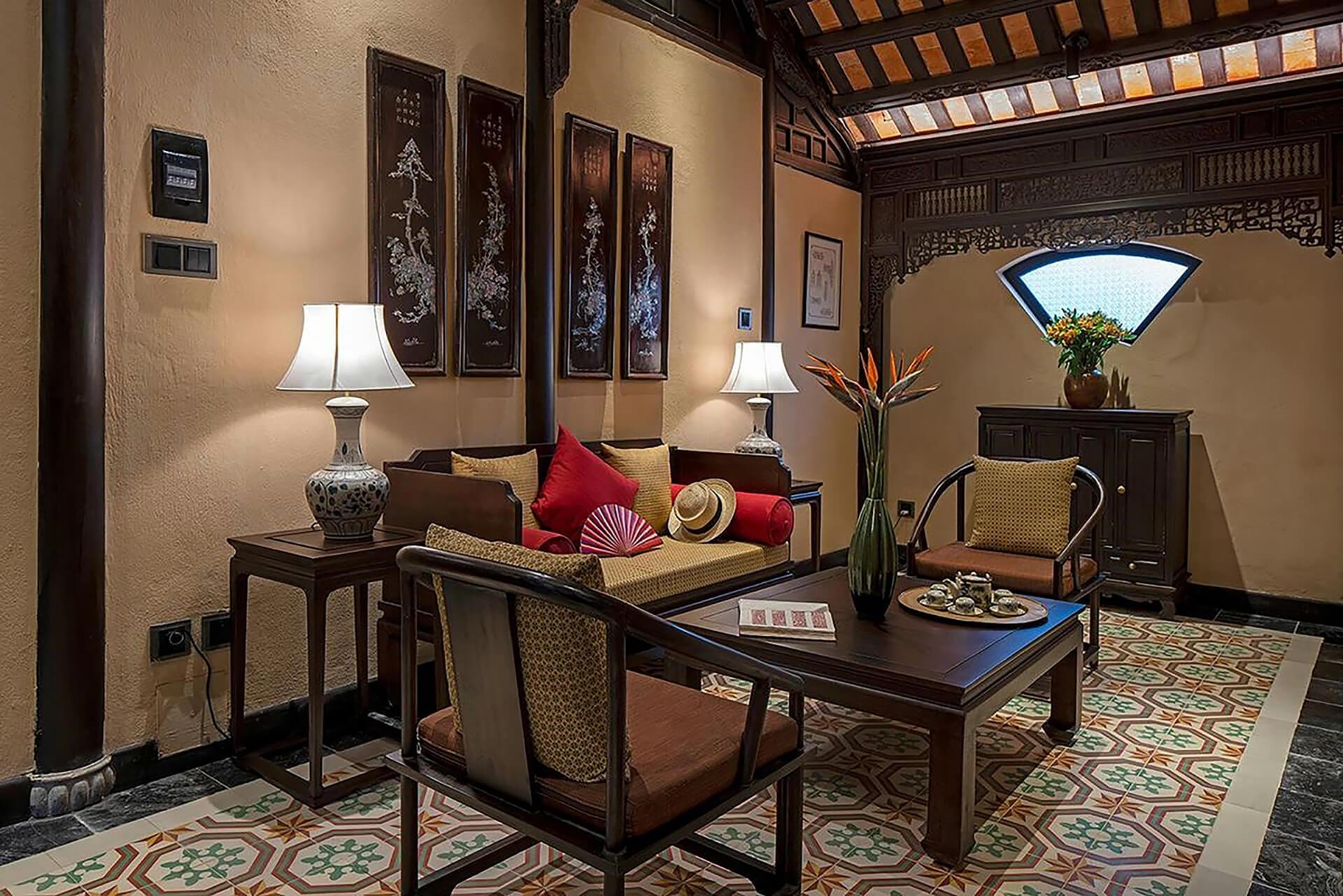 Không gian phòng khách tại Ancient Hue Garden Houses trở nên sang trọng hơn với chiếc đèn bàn cổ điển của Đèn Xinh
