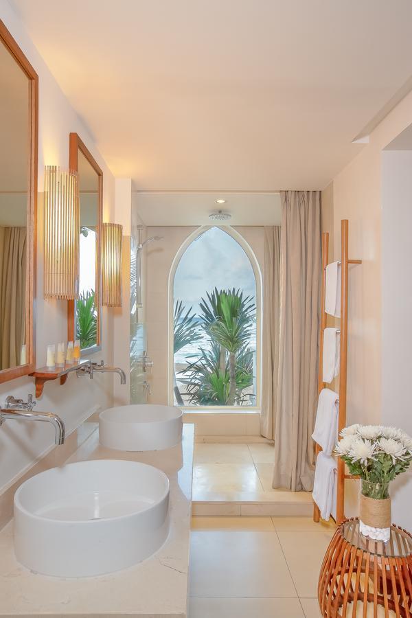 Đèn tường được Đèn Xinh sử dụng trong phòng tắm của công trình Avani QN giúp nâng cao giá trị thẩm mỹ