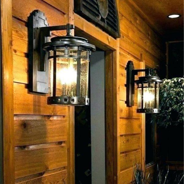 Đèn tường trang trí mái hiên giúp việc di chuyển ban đêm thuận lợi