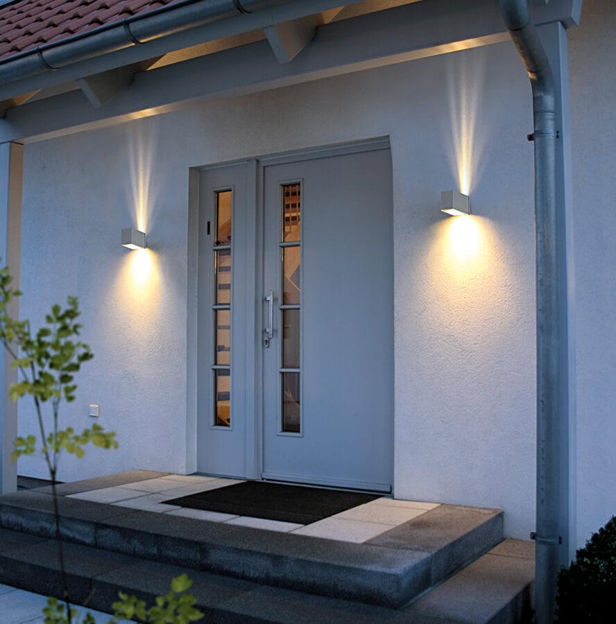 Ánh sáng của những chiếc đèn tường làm cho không gian trước nhà thêm tươi sáng, lung linh