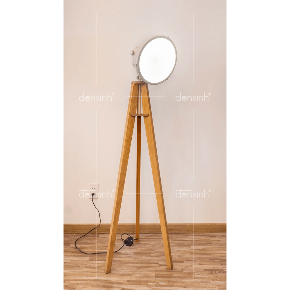 Đèn đứng chân gỗ ba thanh đèn chiếu