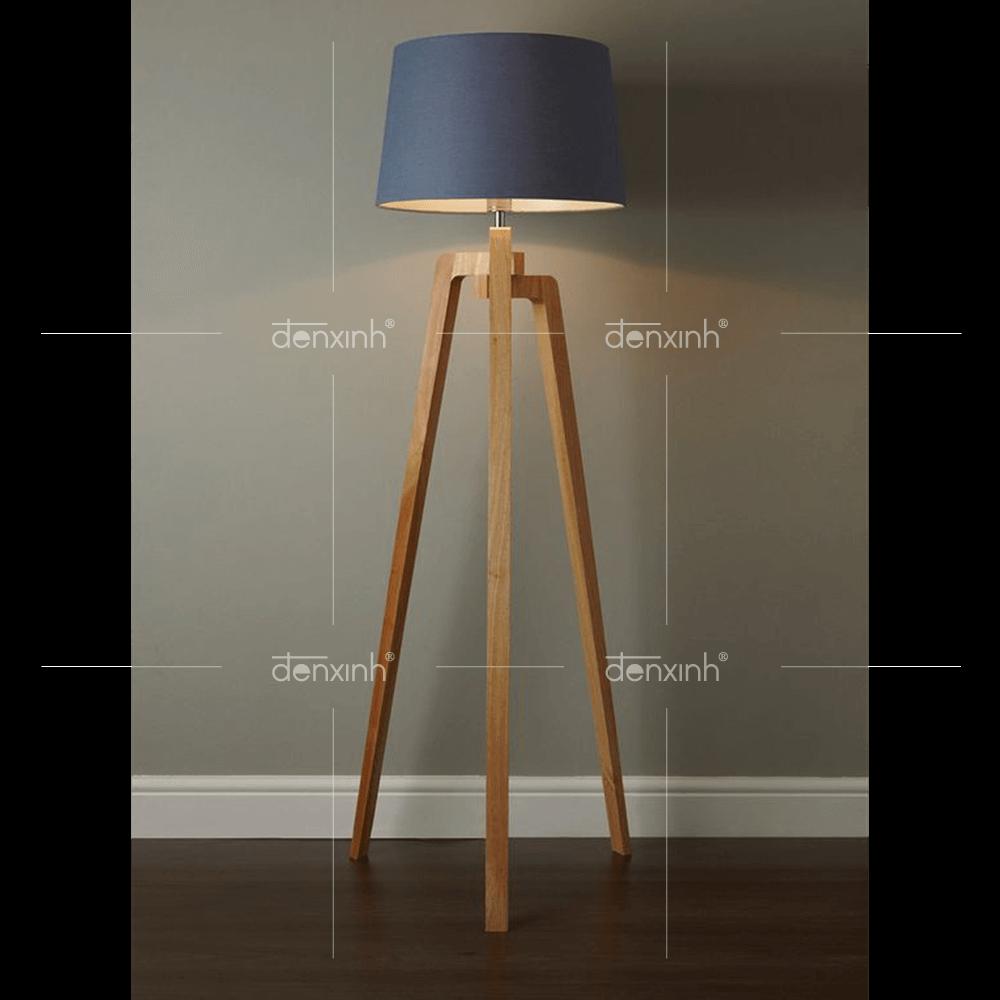 Đèn đứng chân gỗ ba thanh lệch của Đèn Xinh được thiết kế với kiểu dáng ba chân vững chắc