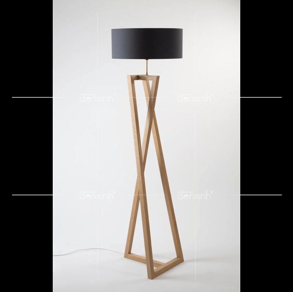 Đèn đứng chân gỗ ba thanh chéo thanh lịch, trang nhã từ Đèn Xinh