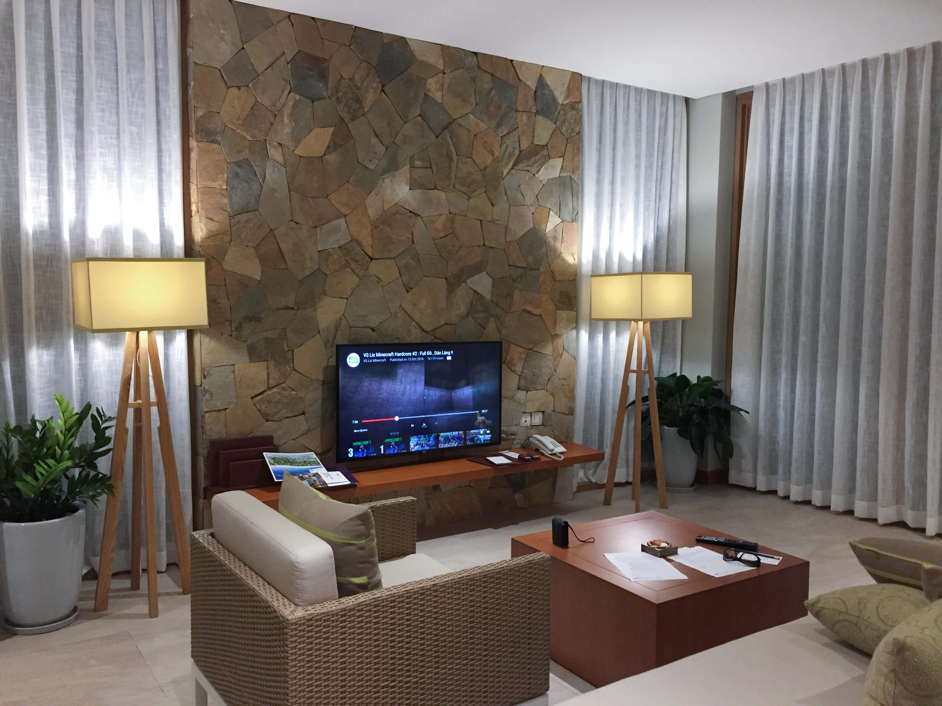 Đèn đứng chân trụ gỗ bốn thanh lớn chụp vuông nhẹ nhàng, thanh lịch ở FLC Quy Nhơn từ Đèn Xinh