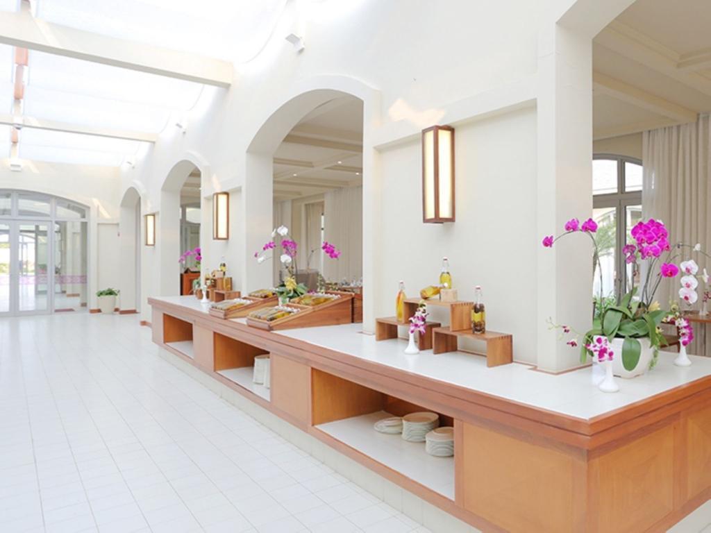 Đèn gỗ hình chữ nhật được sản xuất bởi Đèn Xinh mang lại cảm giác gần gũi, ấm áp cho FLC Sầm Sơn