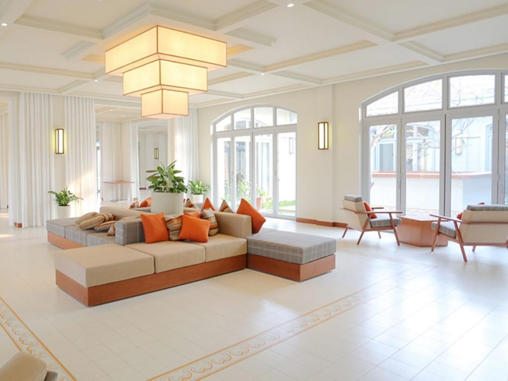 Với không gian phòng khách thoáng mát, rộng mở như FLS Sầm Sơn, Đèn Xinh đã lắp đặt những chiếc đèn tường vuông vức, đơn giản nhưng mang vẻ đẹp tinh tế