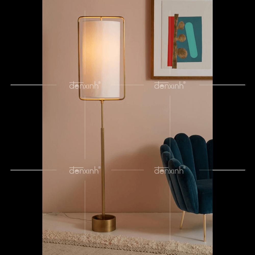 Đèn đứng của Đèn Xinh giúp căn phòng tràn ngập ánh sáng, giúp tranh vẽ thêm phần thu hút
