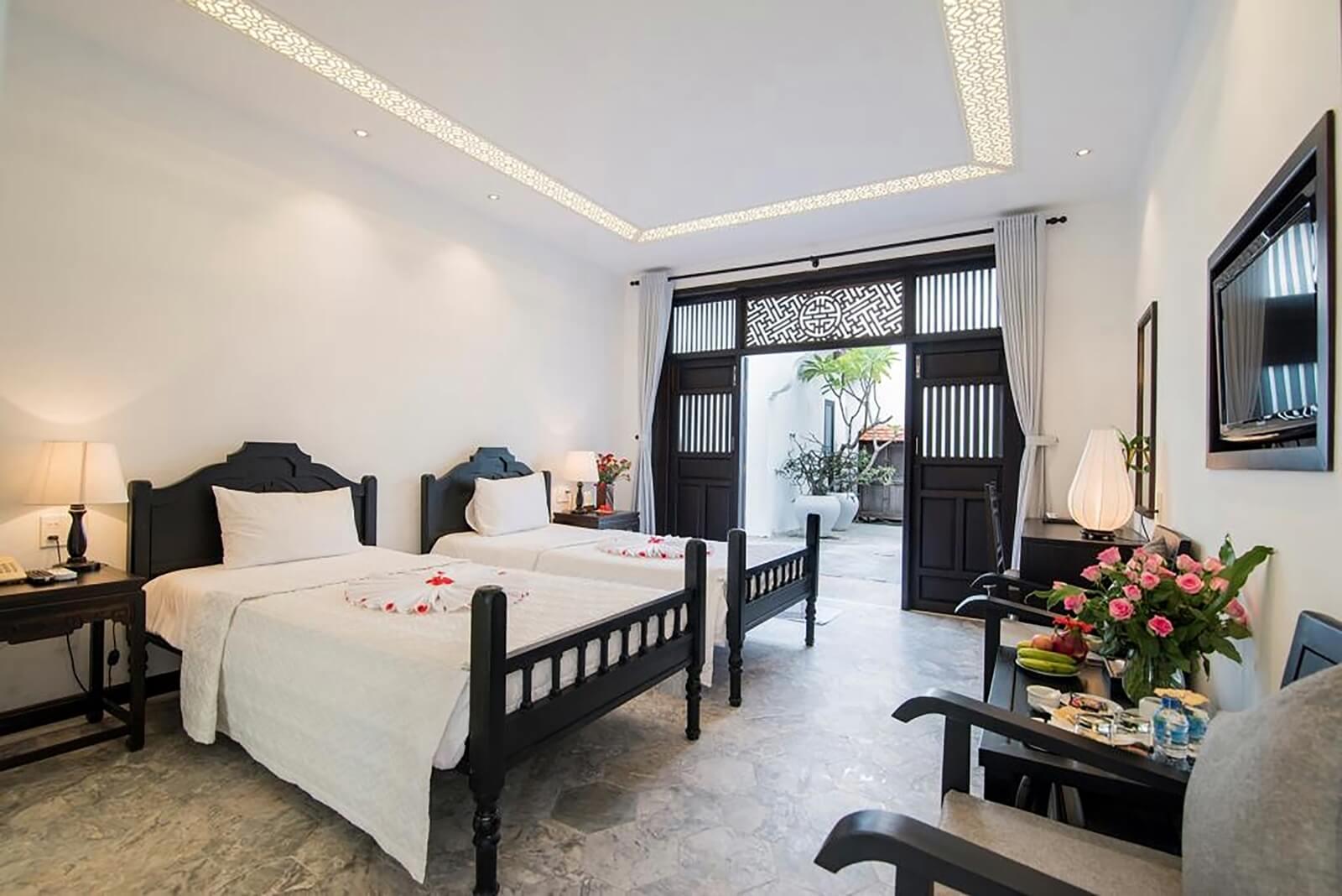 Để thắp sáng và đem lại vẻ đẹp cho phòng ngủ Hoi An Ancient House Resort & Spa, Đèn Xinh đã sử dụng những chiếc đèn bàn nhỏ nhắn với thiết kế độc đáo