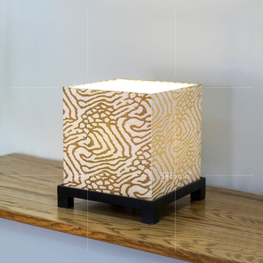 Đèn bàn hộp vuông chân gỗ
