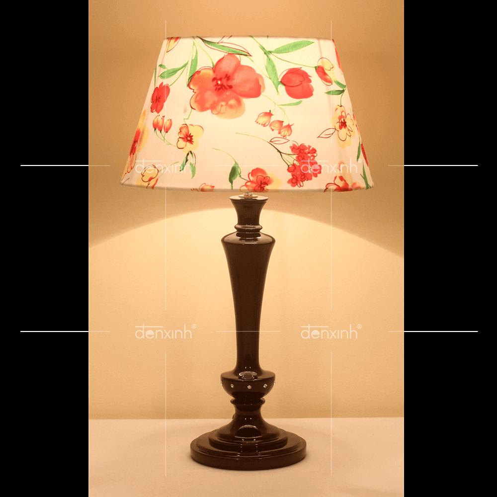 Đèn bàn Loose của Đèn Xinh được thiết kế với ánh sáng vàng, giúp bảo vệ mắt