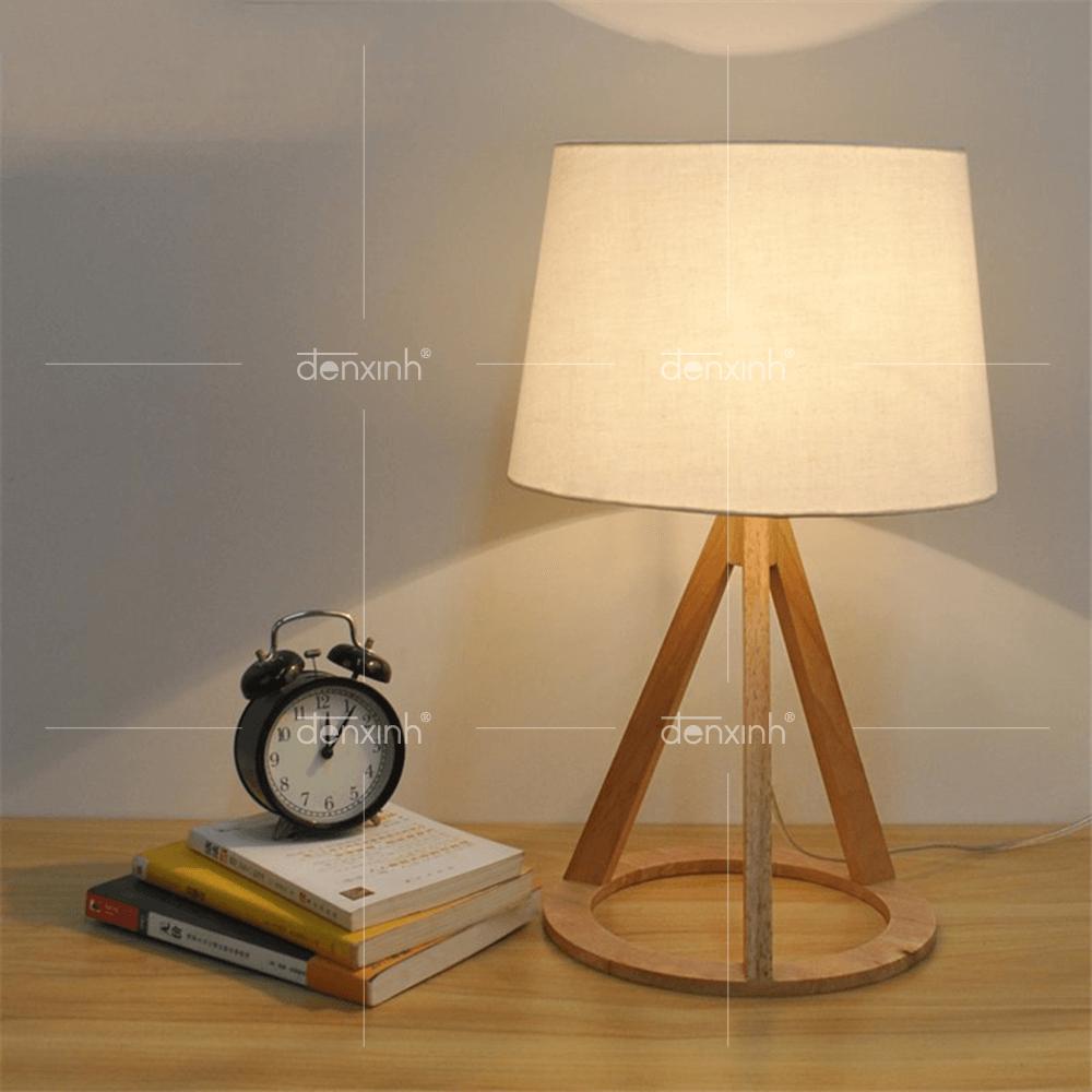 Với thiết kế đơn giản, màu trắng kết hợp với màu gỗ hài hòa, đèn bàn đế gỗ 3 chân đáy tròn của Đèn Xinh sẽ là sự lựa chọn tuyệt vời cho không gian phòng khách nhỏ