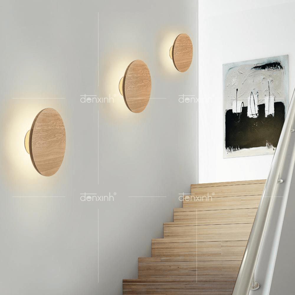 Đèn áp tường đĩa tròn vân gỗ sản xuất bởi Đèn Xinh với chất liệu có nguồn gốc từ thiên nhiên