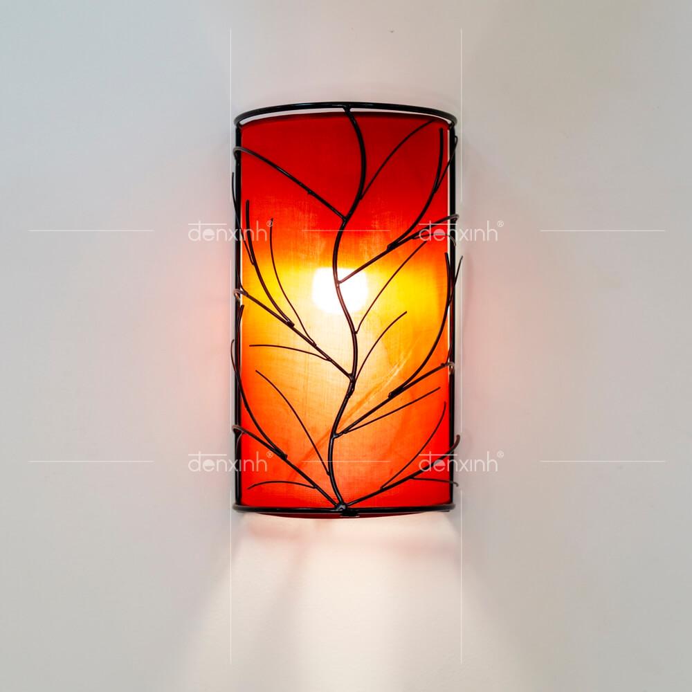 Đèn áp tường bán nguyệt gân lá của Đèn Xinh với thiết kế tinh xảo, giúp không gian bếp trở nên gần gũi hơn