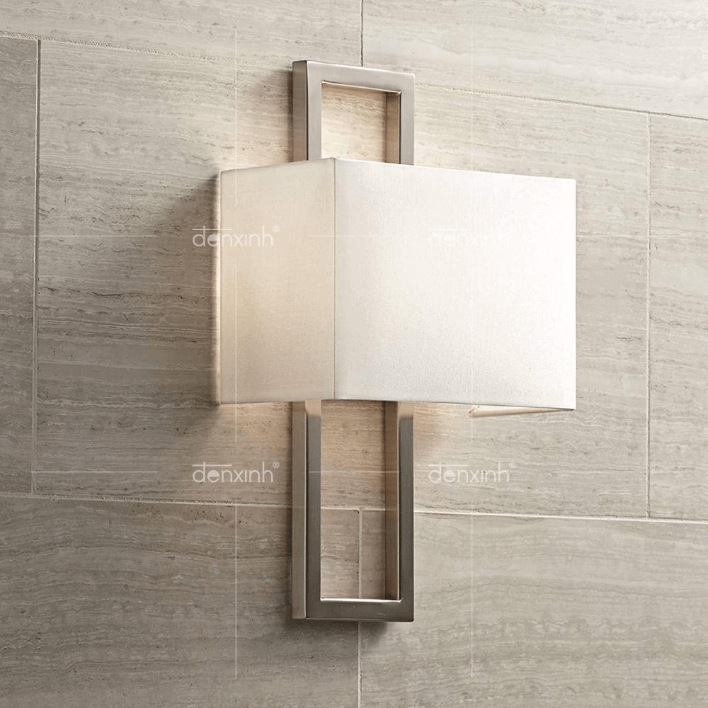 Đèn hình hộp đế inox chữ nhật áp tường của Đèn Xinh, phù hợp với không gian ngoài trời hiện đại, tươi mới