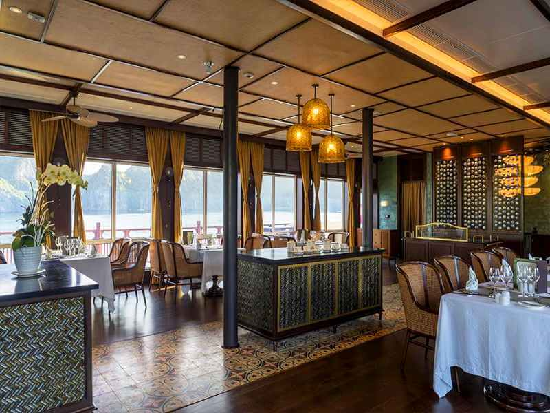 Đèn trần kết hợp với đèn thả trong dự án YLANG HALONG CRUISE của Đèn Xinh, giúp không gian ăn uống của nhà hàng thêm phần ấm áp